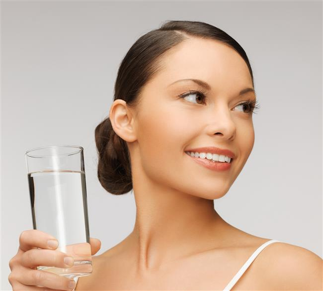 Günde 8 bardak su için!  Bardak saymaya gerek yok. Araştırmalar, susuz kaldığı anda bir bardak su içen kişilerin sağlıklarını koruyabileceklerini göstermektedir. Suyun yanı sıra çorba, meyve ve sebze gibi sıvıdan yana zengin gıdalar, meyve suyu, çay ve kahve gibi içecekler su ihtiyacınızı karşılamanıza yardımcı olabilir. Burada en önemli nokta tuvalete çok az gitmeniz, idrarınız koyu sarı renkte olmasıdır. Bu belirtiler vücudunuzun susuz kaldığının en önemli göstergeleridir.