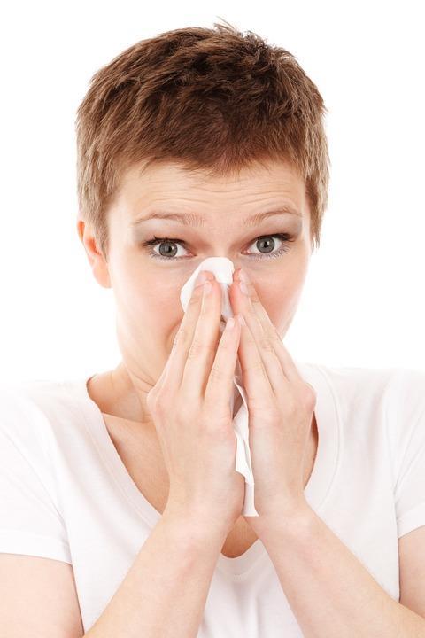 Soğuk hava, soğuk algınlığına neden olur!  Anneniz ne kadar söylemiş olursa olsun, soğuk havada uzun zaman harcamak sizi hasta etmez. Sanılanın aksine mikrop ve bakteriler sıcak havayı daha çok severler.