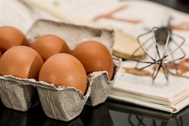 Yumurta kalbe zararlıdır!  Günde 1 yumurta yemek kalp rahatsızlığı riskinizi artırmaz. Evet, yumurtanın sarısında kolesterol bulunur; ama çoğumuz için herhangi bir gıdada bulunan miktar kadardır. Dahası yumurta kalp hastalıkları riskini düşürebilecek besin maddelerinden biri olan Omega 3 içerir.