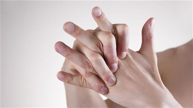 Parmak çıtlatmak kemik erimesi veya artrite neden olabilir.  Parmak çıtlatma sırasında çıkan ses etrafınızdaki insanları rahatsız edebilir; ancak bunun kemik veya eklemlerinize bir zararı yoktur. Bu ses parmağınızı çıtlatırken kemik ve eklemleriniz arasında oluşan gaz kabarcıklarından kaynaklanır. Bunu yapmayı seviyorsanız devam edebilirsiniz. Çalışmalar artritte herhangi bir rolü olmadığını gösteriyor.