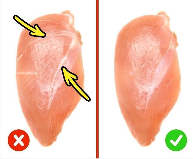 TAVUK  Tavuk göğüsü tüketmeden önce üzerindeki beyaz çizgilere ve kalın katı yağlara dikkat edin. Bu, çiftçilerin kümes hayvanlarına büyüme hormonu enjekte ettiği ve tavukların ağırlığı çok hızlı bir şekilde arttığı anlamına geliyor.Bu et sağlık için iyi değil.  Renk aynı zamanda dikkat edilmesi gereken çok önemli bir husustur: eğer sarımsıysa, taze değildir. Çiğ tavuk göğsü pembe olmalı ve çok yumuşak olmamalıdır.