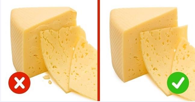 PEYNİR  Sebze yağları içeren peynirleri kolayca bulursunuz.Kestiğinizde parçalanır (kaşar gibi zorlu peynir türlerine uygulanmaz) ve kuruduktan sonra çatlaklar oluşacaktır.  Oda sıcaklığında biraz peynir bırakın.Yüksek kaliteli bir ürün daha yumuşak olur, ancak kuruyup nem ortaya çıkarsa, ürün kalitesi düşüktür.
