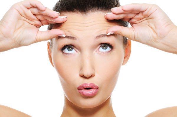 KAŞLARINIZA MASAJ YAPIN  Kaşlar, tıpkı saçlar gibi dibinde kan akışından etkilenen tüylerdir.Bu sebeple kaşlarınıza masaj yapmanız önemlidir.Fazla bastırmadan, nazik hareketlerle 10-15 kere masaj yapmanız yeterli olacaktır.  Kaşlarınıza masaj yaptığınızda, kan akışını hızlandırmış olursunuz.Daha çok oksijen kaş tüylerinin diplerine gider ve kaşlar daha hızlı uzar.