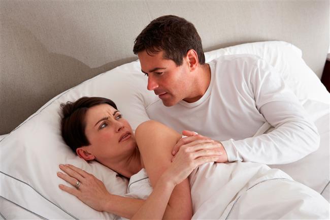 Menopozla birlikte cinsellik sona mı eriyor?  Menopoz sonrasındaki kadınlarda cinselliğe ait üç önemli değişiklik meydana geliyor. Bunlardan birincisi, vajende salgılanan sıvının miktarında görülen azalma, ikincisi, vajenin yüzeyini oluşturan mukoza adı verilen dokunun incelmesi, diğeri de vajeni saran kaslarda görülen elastikiyet kaybıdır. Bütün bunlar tıpta disparoni denilen ağrılı cinsel birleşmenin bu yaş grubunda en sık görülen nedenini teşkil ediyor. Tedavi edilmeyen kadınlarda cinsel birleşme sırasında bir kuruluk ve vajende darlık hissi oluşur, yanma ve tahriş görülebilir.  Vajinal yolla kullanılacak ilaçlar sayesinde kadınlar yeniden sağlıklı bir vajene kavuşabilir ve cinsel olarak aktif kalabilirler.Bu amaçla kullanılabilecek ilaçların aynı zamanda idrar yolları enfeksiyonlarını önlediği ve bu yaş gurubunda sıklıkla gözlenen idrar kaçırma şikayetlerini de azalttığı gösterilmiştir.