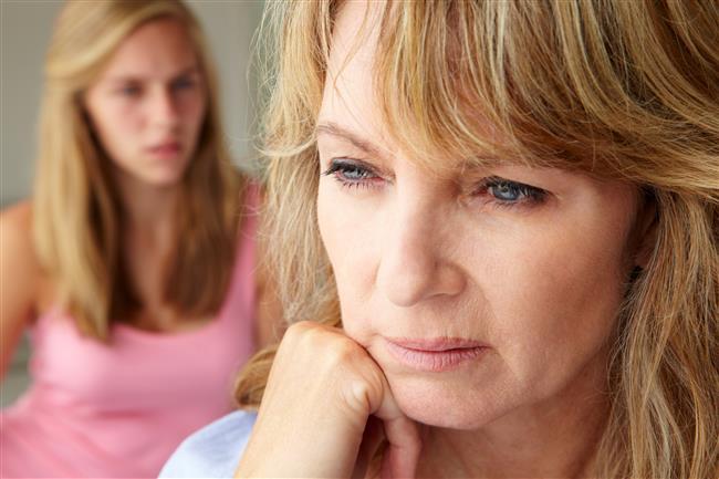 Menopoz ile jinekolojik kanserlerin görülme riski artar mı?  Menopoz döneminde belirli tip kanserlerde yaşla birlikte artış görülüyor.  Menopoz döneminde progesteron hormonunun az salgılanması ve östrojen düzeyinin rölatif olarak artması nedeniyle rahim içinde değişimler olmaya başlıyor. Bu dönemde ya progesteron salgısındaki azalma ya da dışarıdan östrojen hormonu verilmesi sonucu rahim kanseri oluşuyor.Bu nedenle menopoz sürecinde hastaya hormon replasmanı verilen ilaçlarda hem östrojen hem de progesteron dengede tutuluyor.Böylece rahim kanseri oluşması ihtimali azaltılmış oluyor.Rahim ağzı kanseri smear testleri ile vaktinde yakalanabilirse tedavileri ve ameliyatları kolay olup hastaların yaşam kalitelerini düşürmüyor.Bu noktada tümörlerle mücadele adına hastaların düzenli kontrole gitmesi elbette çok önemli.