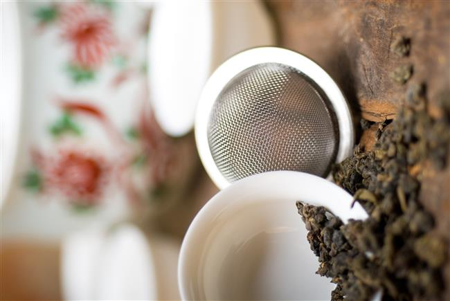 Oolong Çayının Yan Etkileri  Oolong çayı, kahve kadar olmasa da kafein içerir.Bu nedenle aşırı tüketimi mide bulantısına, baş dönmesine, çarpıntıya neden olabilir.Gece saatlerinde uykusuzluk yapabilir ve tansiyonu yükseltebilir.İdrar söktürücü özelliğiyle vücudun aşırı su kaybetmesine neden olabilir.Emzirme ve gebelik dönemlerinde tüketilmesi önerilmemektedir. Düzenli olarak ilaç kullananlar oolong çayının olası yan etkileri konusunda doktordan bilgi almalıdır.  Kaynak:bitkicaylarınınfaydaları