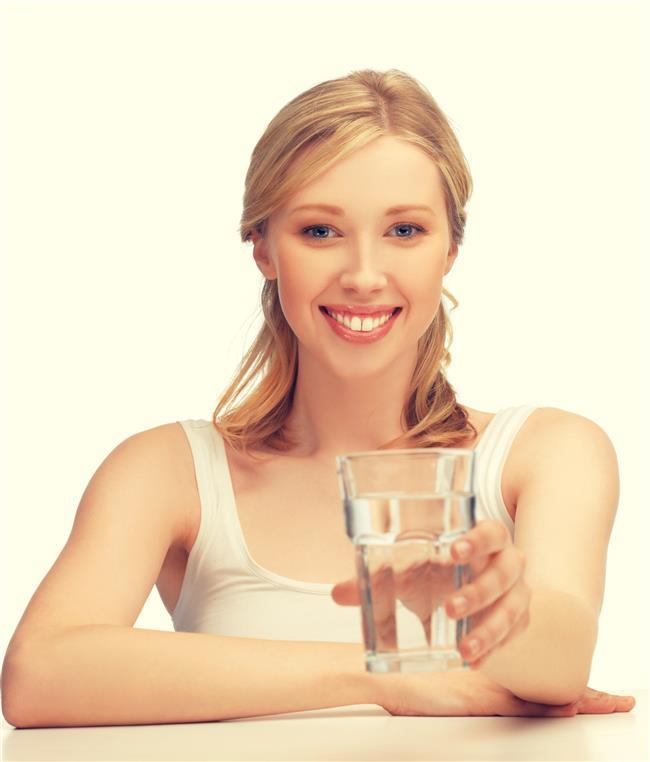 Su  Cildin yaşlanmasını önleyen en önemli faktör sudur.Gün içerisinde 2,5 - 3 litre su içerek cilt kırışıklıklarından kurtulmak mümkün.Su içme alışkanlığı olmayan kişiler bir sürahi içine atacakları limon, salatalık, nane yaprağı veya çubuk tarçın ile su tüketimini keyifli hale getirebilir.Kahve de kuru ciltlerin en büyük düşmanıdır.Fakat kahve içildikten sonra üzerine mutlaka 2 bardak su içilmelidir.