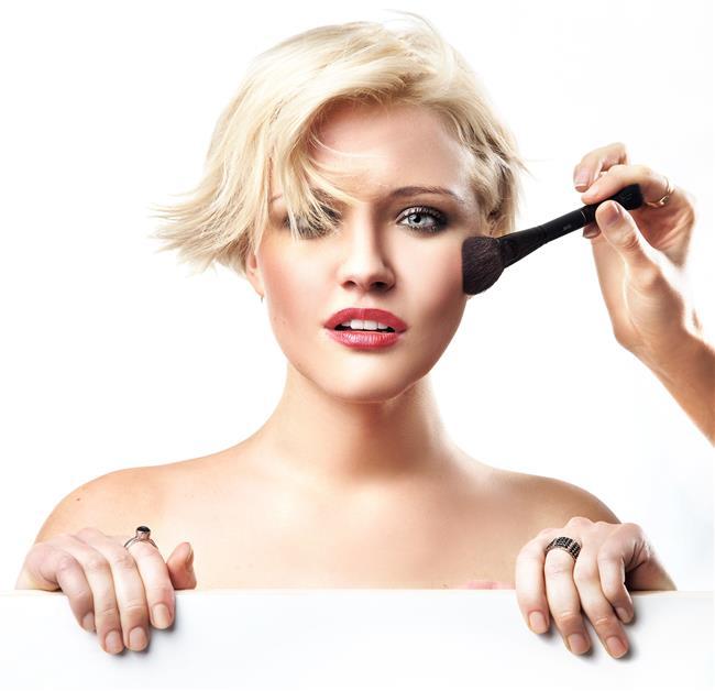 Pembe tonlarında allık kullanmak beyaz tenli ve sarışın kadınlara yakışır.Bu nedenle pembenin çeşitli tonlarında allık  seçmeleri güzel bir görünüm kazanmak için ideal olacaktır.