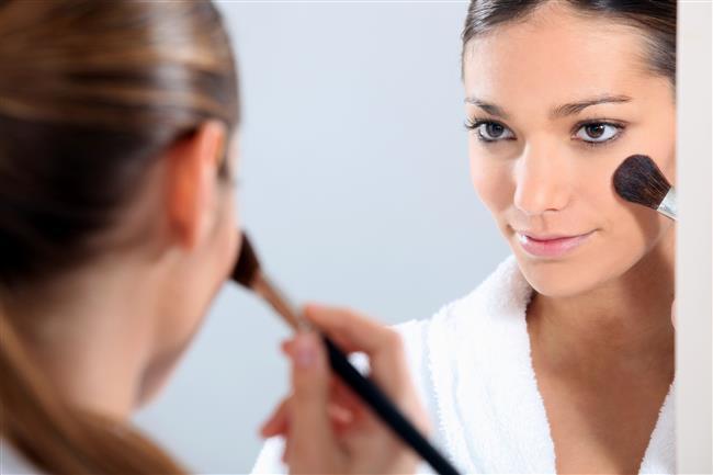 Koyu bir göz makyajı yapılacak ise allık çok koyu sürülmemelidir.  Ten renginize uygun olan bir allığı hafif olarak yüzünüze uygulamanız çok daha hoş bir makyaj ve görünüm sağlayacaktır.