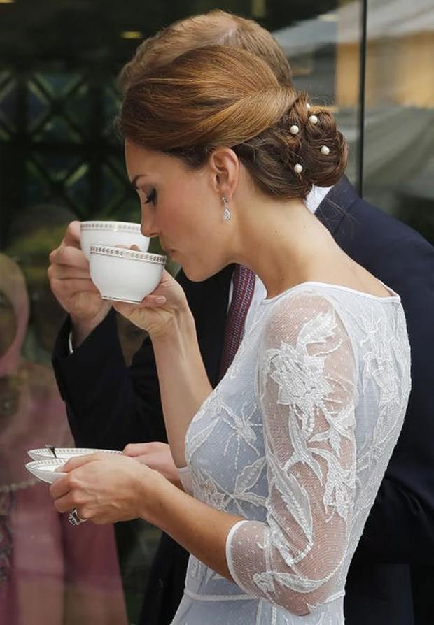 Aile üyeleri kahve ya da çay içerken de belirli kurallara uymak zorunda. Özellikle de fincanı tutarken. Uyulması gereken kural şöyle: Fincanın kulpundan baş ve işaret parmaklarıyla tutulacak ve orta parmak da fincanı alttan desteklemek için kullanılacak.  Kaynak: NTV