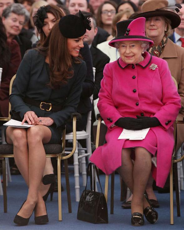 Kraliyet ailesinin kadınları toplum içinde otururken de belirli kurallara uymak zorunda. Bunlar öyle çok da esnetilebilecek türden değil üstelik. Kraliyet kadınları bacaklarını ya ayak bileğinden ya da dizden birbirine bitiştirip çaprazlayarak oturmak zorunda.