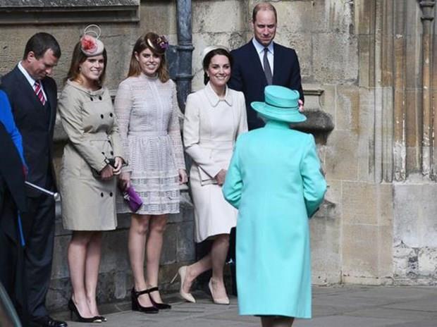 Elbette kimin kime reverans yapacağı da belli. Örneğin Kate Middleton Kraliçe'ye reverans yapmak zorunda. Ama Kraliçe'nin ortanca oğlunun iki kızı Prenses Eugenie ve Prenses Beatrice'in her zaman böyle bir zorunluluğu yok. Erkekler sadece başlarını eğerek bu saygı gösterisinde bulunurken kadınlarında belirli bir açıdan dizlerini kırarak reverans yapması gerekiyor.