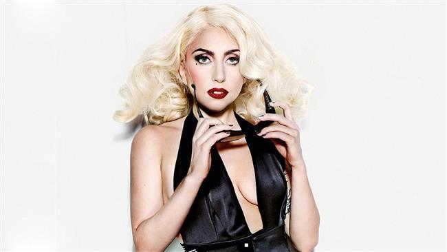 Lady Gaga  Etten yapılmış elbise giyen, kafasına devasa bir ayakkabıdan yapılmış şapka takan çılgın şarkıcı Gaga'ya gönderilecek hediyeler de elbette çılgınca olmalıydı. Ama bir hayranı durumu biraz abartarak ona seks oyuncağı göndermiş.