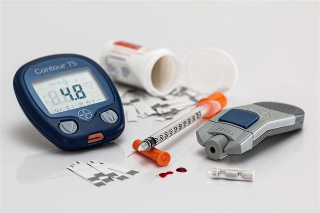Diyabet  Şeker hastalığınız iyi yönetilmiyorsa, yüksek kan şekeri seviyeleri vücudunuzdaki sinirlere zarar verebilir. Bunlardan biri de mide kaslarınızı kontrol eden vagus siniri olabilir. Bu sinir gerekli şekilde çalışmadığı zaman, besinler gastrointestinal sisteminizden hızlı bir şekilde geçemez. Gastroparezi (mide felci) olarak adlandırılan bu durum, iştah kaybı ve şişkinliğe neden olur. Diyetinizdeki değişiklikler, ilaçlar veya ameliyatla tedavi edilir.