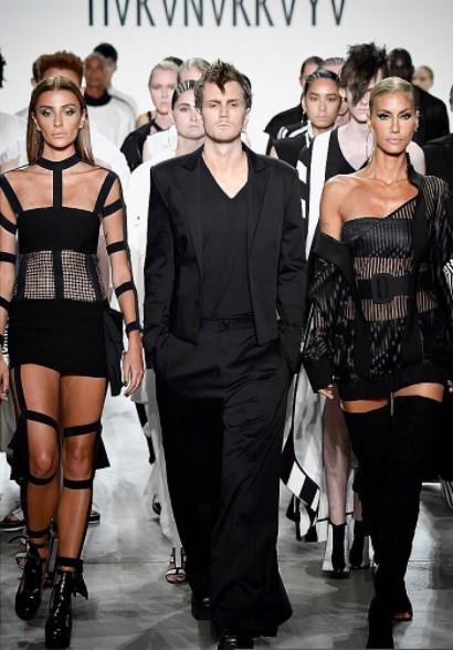 Hakan Akkaya'nın  New York defilesinde  ünlü top modeller; Çağla Şikel ve Özge Ulusoy 43 model ile birlikte podyuma çıktı.