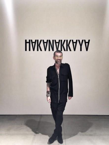 New York Moda Haftası kapsamında düzenlenen Hakan Akkaya defilesi büyük ilgi gördü!  Modacı Hakan Akkaya, ikinci kez katıldığı New York Moda Haftası'nda yeni koleksiyonunu tanıttı.  Kaynak Fotoğraflar: Instagram