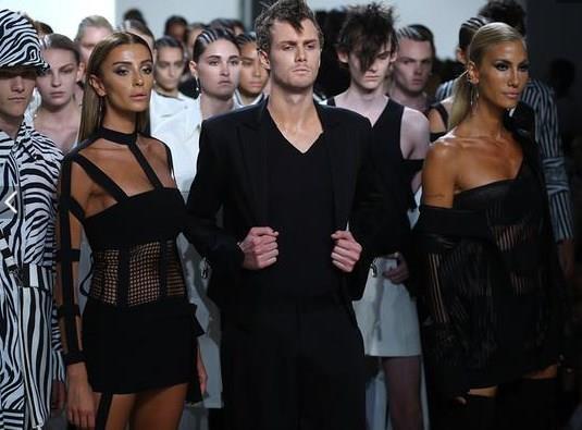 Defilede Paris Hilton'un kardeşi Barron Hilton'da erkek baş manken olması, defilenin en önemli detayları arasındaydı.