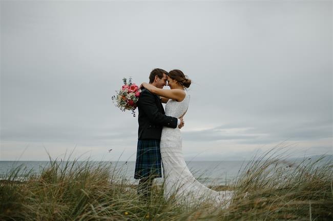 İrlanda:  İrlanda'nın düğün geleneği ise gelini biraz zorlayıcı bir temele dayanıyor. Geleneğe göre, gelinle damat dans ederken, gelin ayaklarını mutlaka yerde tutmalıdır. İrlandalı dansçılara göre eğer gelin ayağını yerden kaldırırsa, kötülük perileri onu alıp götürecektir.