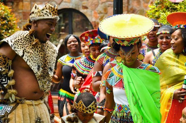 Afrika:  Afrika'nın bazı bölgelerinde damat adayı kızı ailesinden istedikten sonra kızın ailesi teklifi kabul ederse kızlarına para ve fıstık veriyor. Gelin adayı, fıstığı damatla bölüşürken, çiftin birleşmesine yardımcı olan aracıya da bir parça veriliyor. Bu, komşulara ve akrabalara düğün daveti anlamına geliyor.