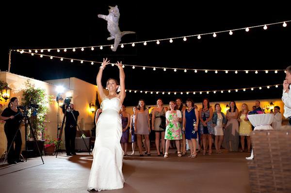 Brezilya:   Gelin buketi yerine düğünlerin azizi olarak bilinen Aziz Antoni'nin biblosu gelin tarafından kalabalığa fırlatılır. Bu bibloyu kapan genç kızın bir sonraki evlenecek kişi olması beklenir.