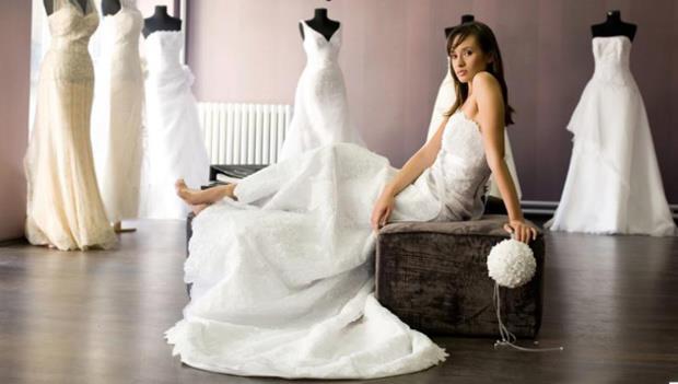 Danimarka:  Gelin düğün kıyafetini kendisi dikemez. Eğer yaparsa attığı her bir dikişin evlilikte göz yaşına dönüşeceğine inanılır.