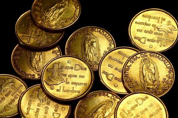 """İspanya:   Düğün sırasında gelinin babası damada saat veriyor. Damat ise geline """"arras"""" adı verilen 13 tane altın para veriyor. Bu ritüel onların varlıklarını ve gelecekte kazanacaklarının paylaşılmasını temsil ediyor."""