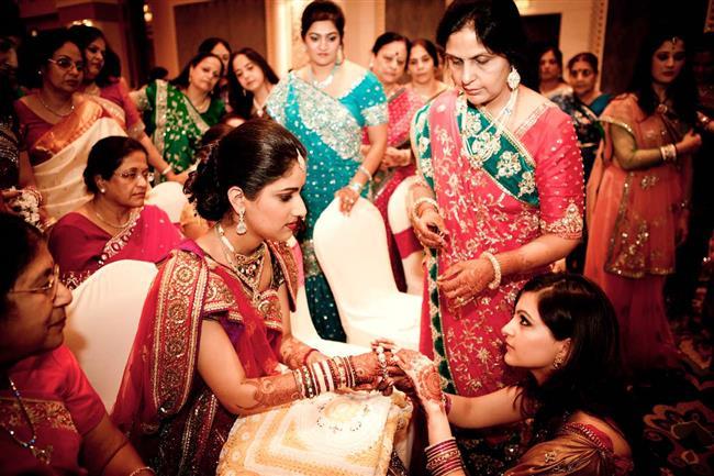 Pakistan:  Pakistan'da damat adayı kızın aile büyükleri tarafından zorlu bir sınavdan geçiriliyor. Bu sınav, aile büyüklerinin damat adayına akla gelebilecek tüm hakaret ve küfürleri etmeleri, damat adayının ise tüm bunlara katlanabilecek kadar soğukkanlı olmasına dayanıyor. Sınavdan başarıyla geçen genç evlilik iznini almış oluyor.