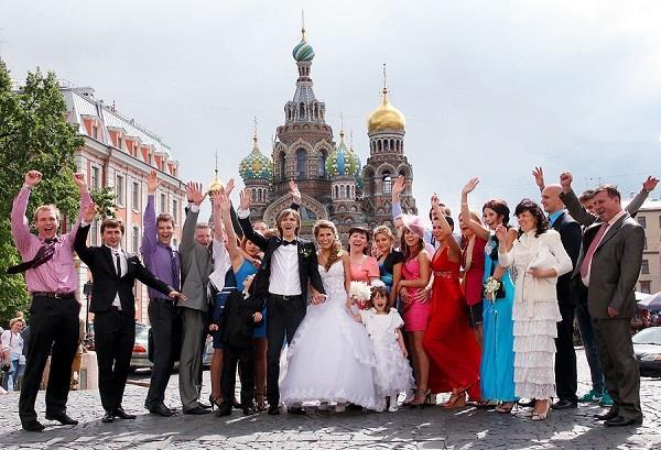 """Rusya:  """"Gelini yeterince tanıyor musun damat bey?"""" sorusunu cevaplamadan kız almak Ruslar için kolay değil. Çünkü Rusya'da damat düğün merasimi için gelini almadan önce, gelinle ilgili sorular içeren bir testten geçer. Ayrıca paraların konuştuğu bahis oyunları da damadı düğün öncesi iyice terletir."""
