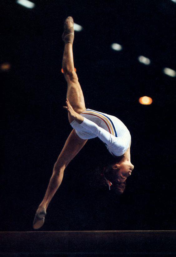 Nadia Comaneci:  1976'da bütün hakemlerden tam puan alarak olimpiyat tarihine geçen ilk kadın.