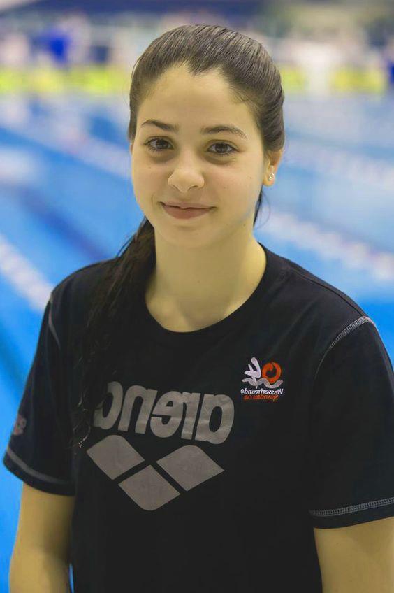 Yusra Mardini:   Batan bir mülteci teknesindeki insanların hayatlarını saatlerce yüzerek kurtaran kadın.