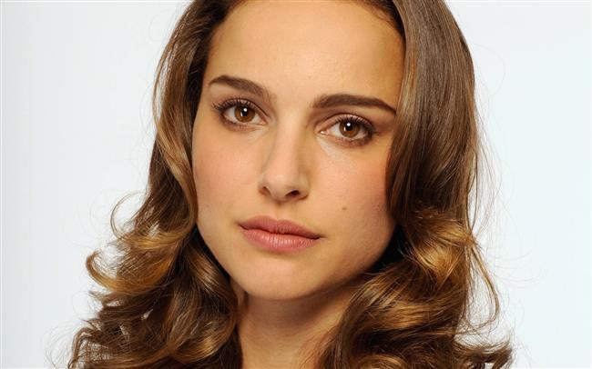 Natalie Portman  Seksi ve güzel olmasının dışında bir de zeki!  Muhteşem kadın Natalia Portman'ın IQ'su 140. Dünyaca ünlü oyuncu Harvard Üniversitesi,Psikoloji bölümünden mezun.