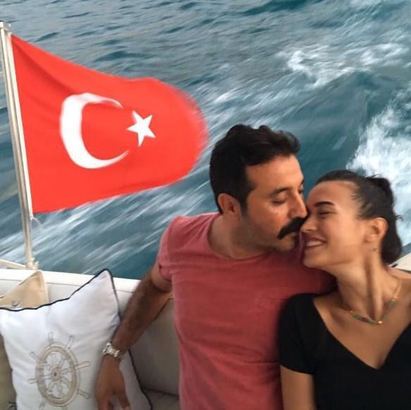 """2010 yılında Star TV`de yayınlanan """"Cümbür Cemaat Aile"""" dizisinde tanışan Mustafa Üstündağ ve Ecem Özkaya kısa sürede evlenme kararı aldı. 4 yıl önce evlenen çiftin Aralık 2013`te Ahmet Kaan adında bir çocukları oldu."""