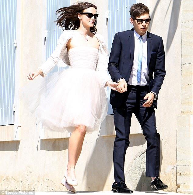 Karayip Korsanları, Aşk ve Gurur gibi filmlerden tanıdığımız İngiliz oyuncu Keira Knightley, müzisyen James Righton ile 2013 yılında Fransa'nın güneyinde evlendi. Mutluluğu nikah törenine sekerek gitmesinden okunan Knightley'in üzerindeki elbise bazıları için oldukça şaşırtıcı oldu zira ünlü yıldız gelinlik niyetine daha önce giydiği diz boyu, uçuk pembe tül bir Chanel elbise tercih etmiş, ve altına da yine sade babet ayakkabılar giymişti!
