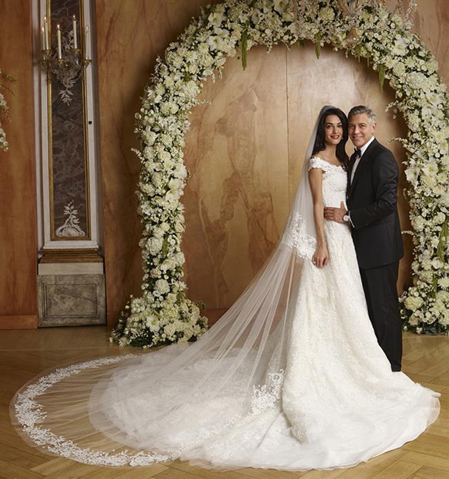 George Clooney ile 2014'te Venedik'te evlenen Amal Alamuddin'in tüm hafta sonu boyu süren düğün kutlamaları sırasında giydiği her şeye ikonik diyebiliriz, ama konumuz gelinlik tabii: Özel dikim, bele oturan, kristal ve inci işlemeli uzun duvaklı ve kuyruklu gelinlik Oscar de la Renta imzası taşıyor.