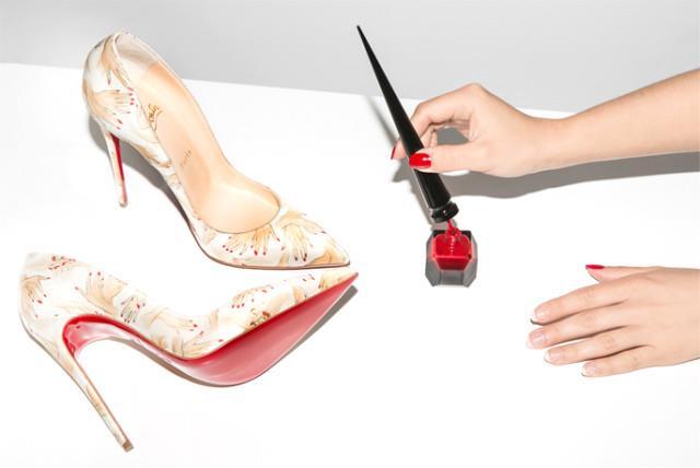 Ayakkabılarınızdaki deforme olmuş bölgeleri aynı tonda oje sürerek kapatabilirsiniz.