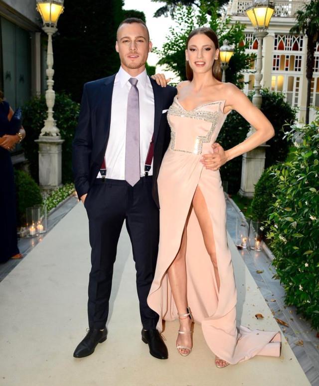 Sevgilisi Kerem Bürsin'le Fahriye Evcen & Burak Özçivit düğününe katılan Serenay Sarıkaya, derin yırtmaçlı elbisesiyle çok konuşulmuştu.