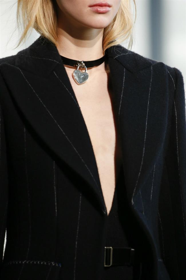 90'larda Fırtınalar Estiren Chokerler (tasma kolye) ile giyilen kıyafetleri daha göz alıcı hale getirmek mümkün.
