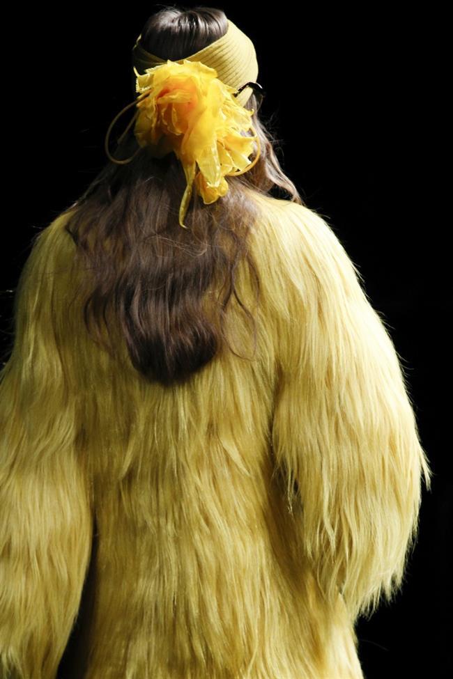 Dalgalı veya düz fönlü, at kuyruğu, örgülü saçlar, kısacası her saç stili hareketli saç bantlarıyla çok güzel bir uyum sağlıyor.