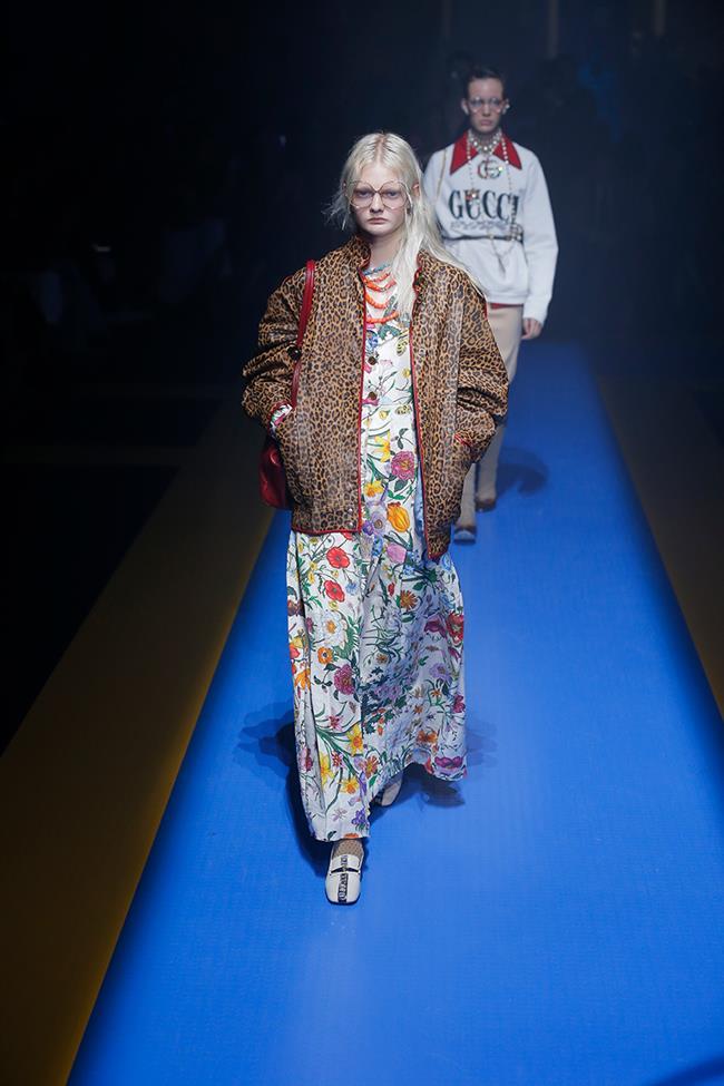 Kadın koleksiyonunun geneline hakim olan geniş omuzlu kesimler, pullu ve ışıltılı kumaş detaylarıyla Gucci kadını geçmişe ışınlanıyor. Mini elbiseler ve etekler maxilerle yer değiştiriyor.