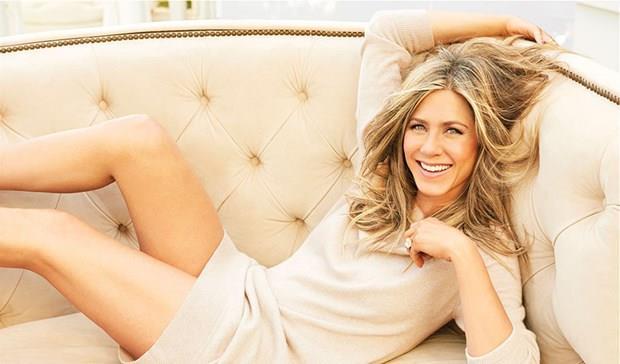 """JENNIFER ANISTON  Rol aldığı filmlerde her daim güzelliğiyle dikkat çeken Jennifer Aniston, güne limonlu sıcak su içerek başladığını ve ardından 20 dakika meditasyon yaptığını söyledi. 48 yaşındaki oyuncu kahvaltıda maca kökü tozu ve yeşil bitkilerden oluşan bir karışım içtiğini belirten 48 yaşındaki ABD'li oyuncu, """"Gün içinde de yarım saat bisiklet sürüyor, 40 dakika yoga ve ardından jimnastik yapıyorum"""" dedi."""