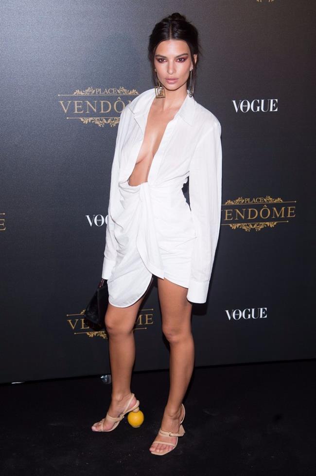 Emily Ratajkowski  26 yaşındaki Emily Ratajkowski, Paris Moda Haftası kapsamında düzenlenen Vogue şovuna Jacquemus marka beyaz elbisesiyle damga vurdu. Ayakkabasının topuğu da gözlerden kaçmadı.