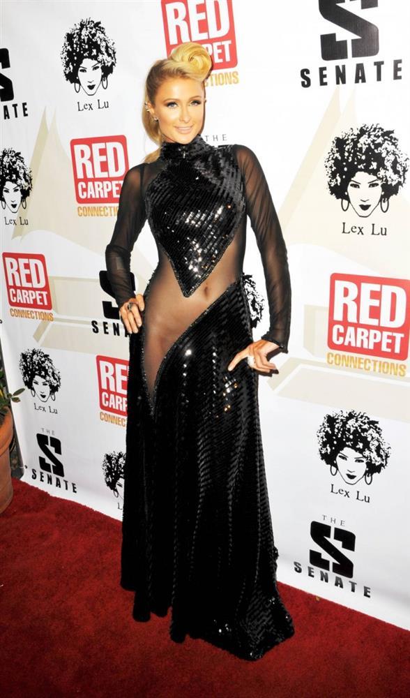 Paris Hilton  Hilton'un Grammy öncesi Paris'te bir açılışta giydiği kıyafet.