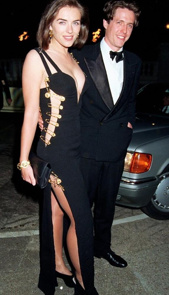 Elizabeth Hurley  1994 yılındaki sevgilisi Hugh Grant ile birlikte katıldığı bir etkinlikte Versace imzalı elbisesinin çengelli iğnelerle oluşturulan dekoltesiyle dikkat çekti.