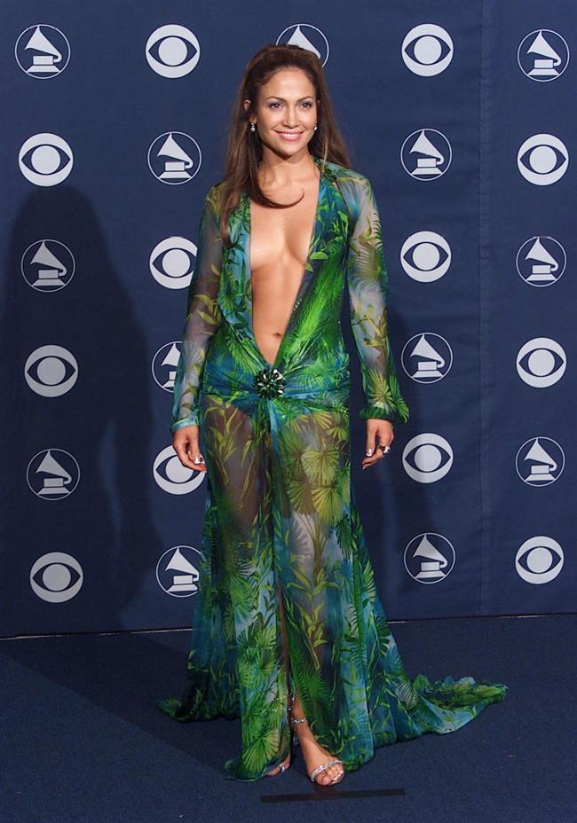 Jennifer Lopez  Jennifer Lopez, 2001 Grammy Ödül Töreni'ne Versace tasarımı transparan elbisesiyle katılmıştı.