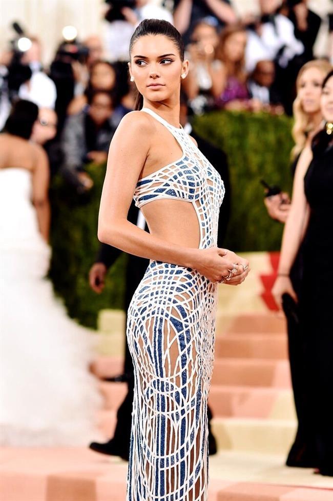 Kendall Jenner  Kendall Jenner, 2016 Met Gala'ya Versace tasarımı cesur kıyafetiyle katılmıştı.