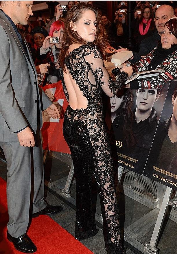Kristen Stewart  2012 yılında Twilight Breaking Dawn Part 2'nin Los Angeles galasında giydiği Zuhair Murad imzalı siyah işlemeli tulum ile dikkat çekmişti.