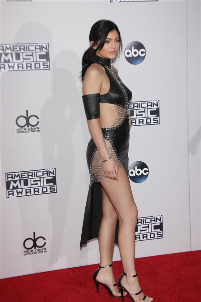 Kylie Jenner  Kylie, 2015 yılındaki Amerikan Müzik Ödülleri törenine Bryan Hearns imzalı elbisesiyle katılımıştı.