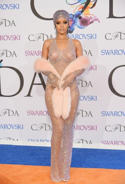 Rihanna  Rihanna, 2014 CFDA Moda Ödülleri törenine Adam Selman imzalı, 230 bin el işlemesi Swarovski taştan oluşan kıyafetiyle katılmıştı.
