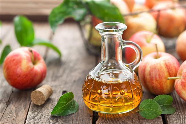 3.ELMA SİRKESİ  Elma sirkesi, yüzyıllardır halk hekimliği ilaçlarında kullanılan doğal bir sağlık toniğidir. Ana aktif maddesi olan asetik asit bakterilerle savaşmaya yardımcı olur.  Tıbbın babası olarak bilinen eski Yunan hekim Hipokrat, öksürük ve boğaz ağrısı gibi grip belirtilerini tedavi etmek için oksimel olarak bilinen elma sirkesi ve bal kombinasyonunu öneriyordu.  Boğaz ağrısının giderilmesine yardımcı olmak için, 1 çorba kaşığı elma sirkesi eklenmiş (ve isteğe bağlı olarak bal da karıştırılmış) 1 fincan ılık su için.   Elma sirkesi antibakteriyel özelliklere sahiptir ve ılık suyla az miktarda tüketildiğinde boğaz rahatlamasına yardımcı olabilir.