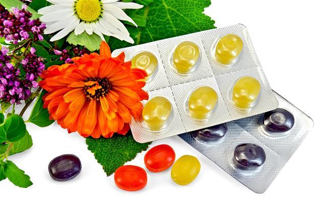15.BİTKİSEL BOĞAZ PASTİLLERİ  Çaylar, infüzyonlar ve diğer içecekler yatıştırıcıdır ve hidrasyon sağlar, ancak bazen boğaz pastili kullanmak da rahatlatıcı olabilir.   Eczanelerden veya marketlerden satın alınabilecek bitkisel boğaz pastilleri mevcuttur. Bitkisel boğaz pastilleri satın alın ve boğazınız ağrıdığında sizi rahatlatması için kullanın.  Dikkat:  -Ne kadar sağlıklı olursanız olun, ara sıra boğazınız ağrıyacaktır. -Boğaz ağrınız birkaç günden fazla sürerse ya da aşırı derecede ağrırsa bir doktora görünün. -Şiddetli ya da kalıcı ağrı, streptik boğaz, bademcik iltihabı ya da tıbbi tedaviyi gerektiren ciddi bir enfeksiyon olduğunu gösterebilir.